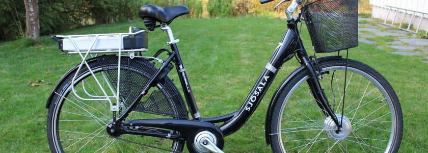 rower elektryczny z koszykiem